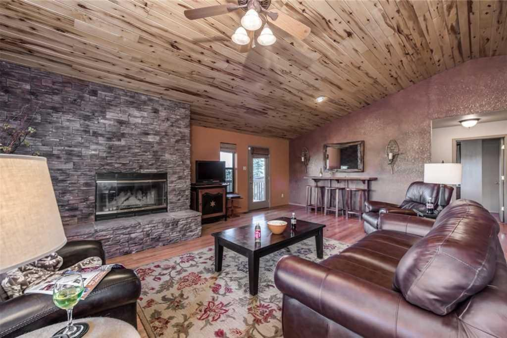Relax in utmost comfort and style - The high vaulted ceilings accentuate the living room's spaciousness. There's more than enough