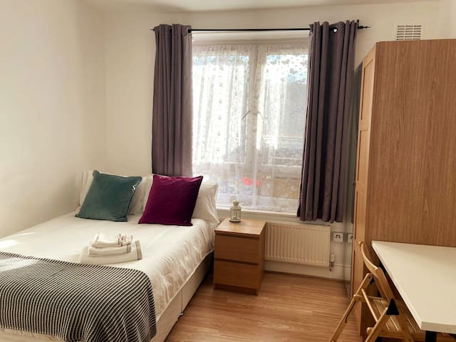 Large room with easy access to Woolwich Arsenal
