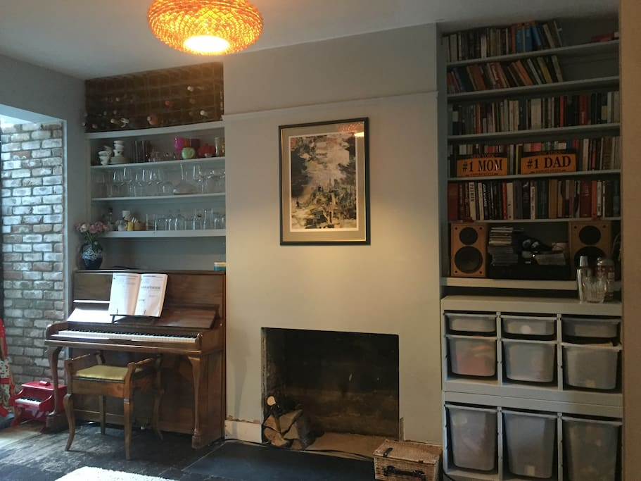 Second reception room with piano and toys