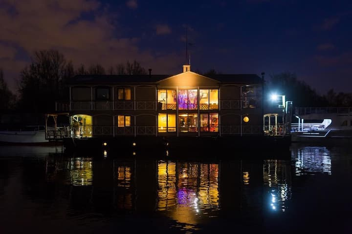 Дом на воде ( Крестовский остров )