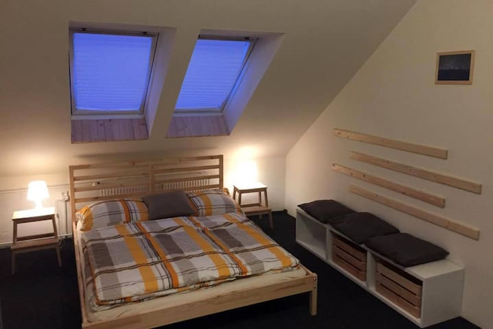 Private attic room with a bathroom - Prag - Loft