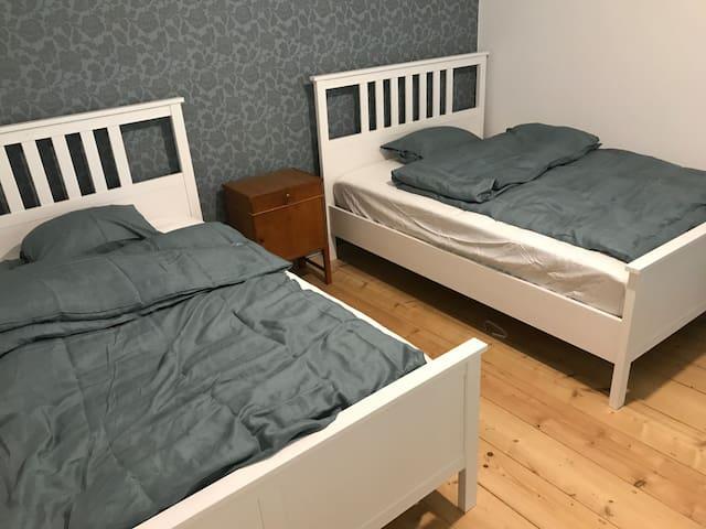 (kids) bedroom / zweites Schlafzimmer mit 2 Doppelbetten