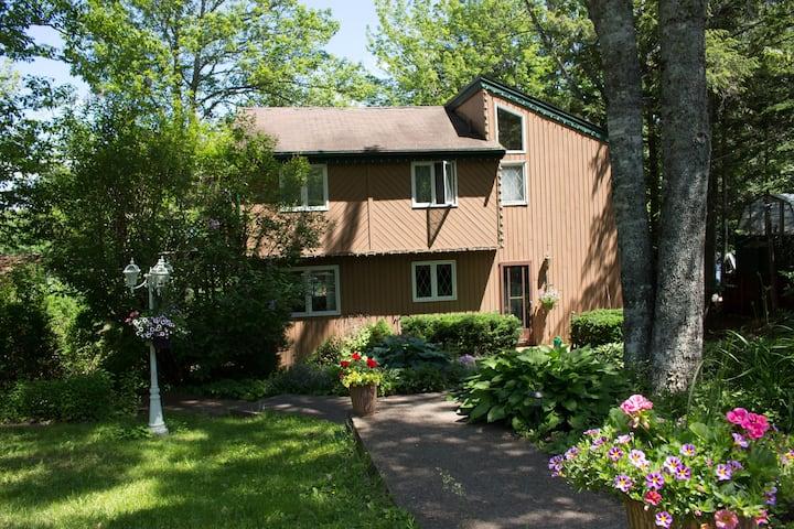 "Lake Front  Cottage..Sleeps 8-10..""The Lake House"""