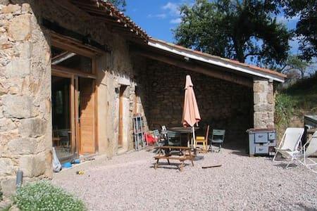 Chambre dans ferme forezienne en pierre