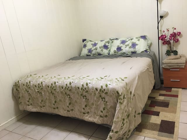 Quiet Master Bedroom with Parking - Aiea - Hus