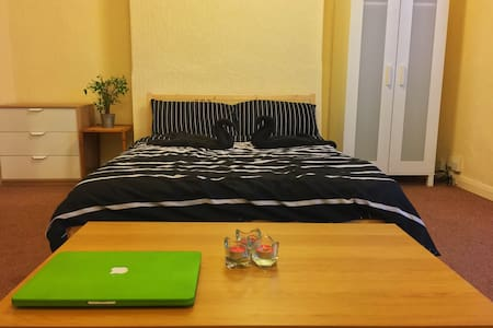 Double room in City Center steps away from Stadium - Κάρντιφ