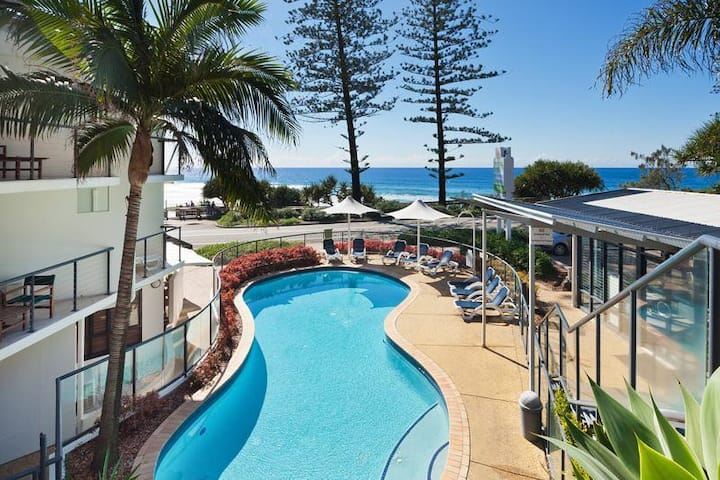 Coolum Beachfront Studio, Heated Pool & Spa