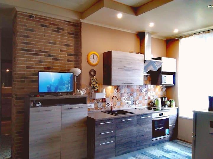 Новая стильная квартира с 2 спальнями и джакузи.
