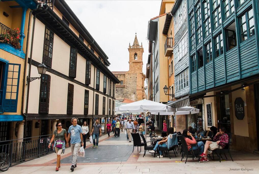 Sus calles peatonales y sus terrazas donde pueden jugar los niños.