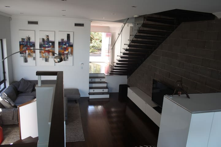Spacious modern home, close to Sydney Olympic Park - Ermington - Huis