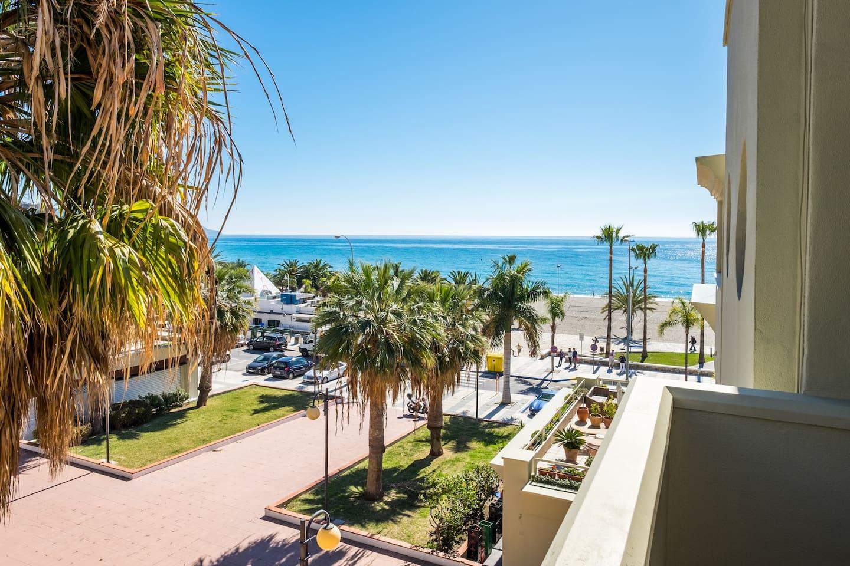 Vistas de la playa desde la  terraza/ Views from the beach from the terrace