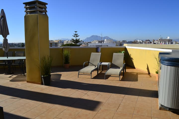 Alfresco/Penthouse Apt,  HOT TUB and Roof Terrace