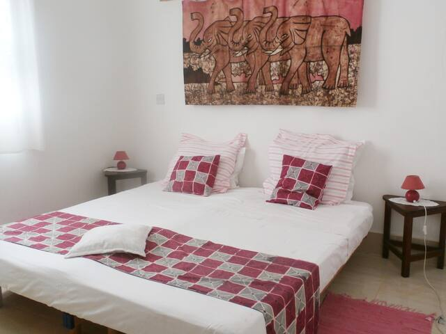 B&B VILLA CALLIANDRA, Bijilo, room with kingbed.