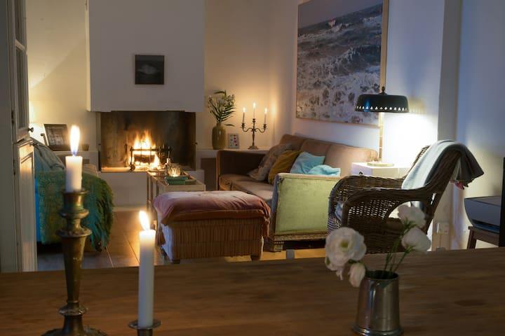 Living room/kitchen. Seascape: Alberto Tarsicio