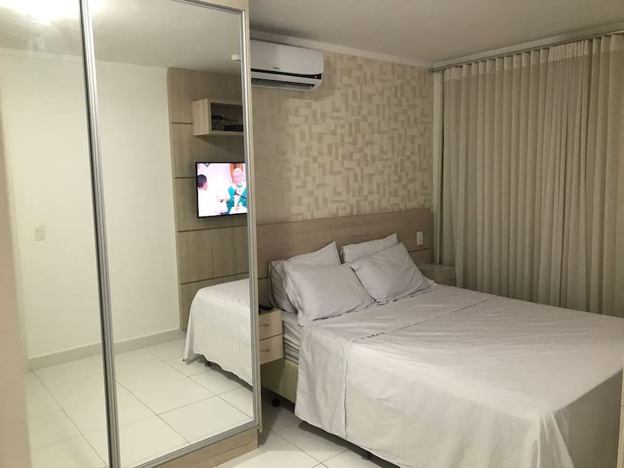 Quarto com cama tamanho Queen, ar condicionado, TV a cabo, sacada e armário