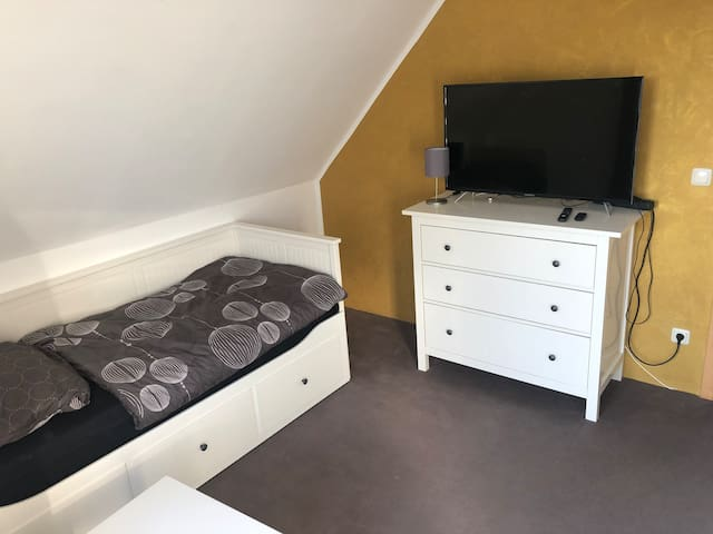 Kleines Zimmer mit Doppelbett außerhalb Rostocks