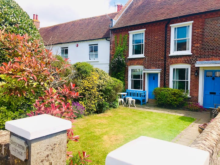 Cosy sea-front cottage in historic Bosham village