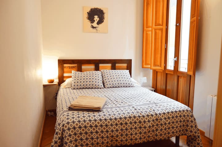 Cozy room+balcony in the heart of Valencia
