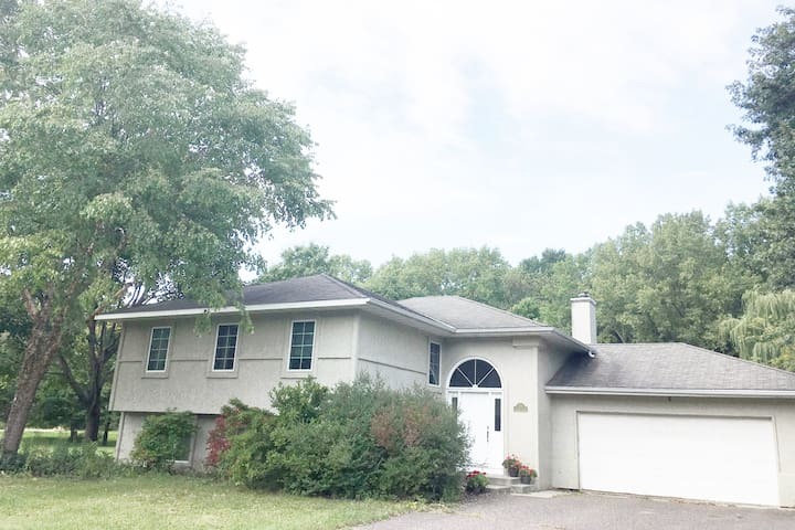 Large Family Home, 12 minutes to either downtown