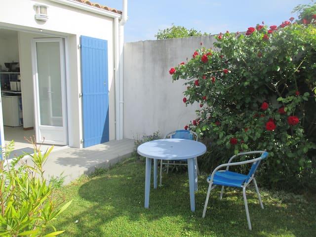Studio ensoleillé avec terrasse gazon et parking - La Rochelle