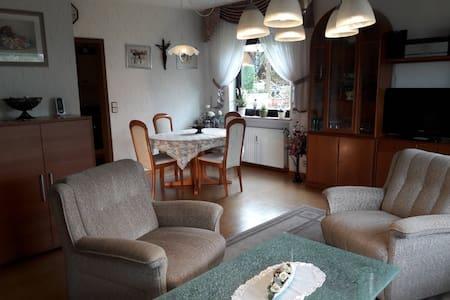 Ferienwohnung Grob (Gemünden-Hofstetten), Ferienwohnung mit Terrasse und Gartenmöbel