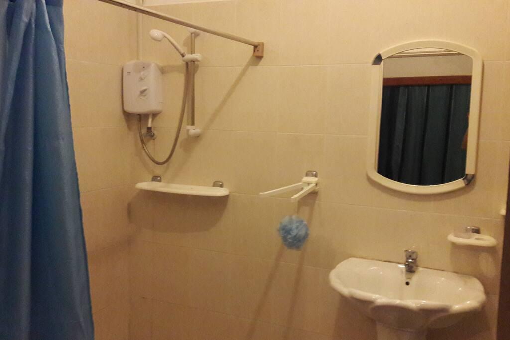 doccia con acqua calda