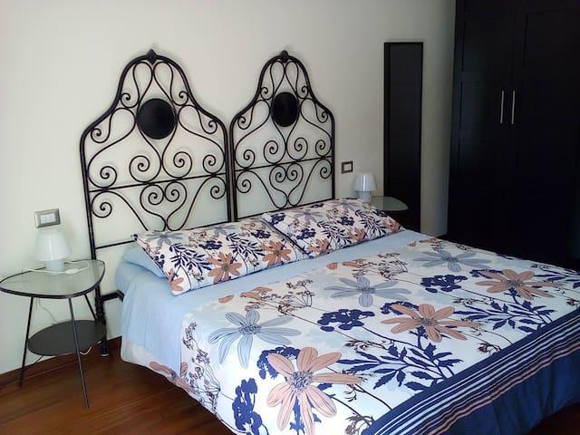 Il letto matrimoniale - The bed
