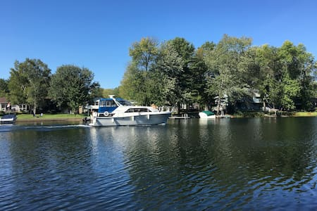 Muskoka Incredible view 3 bdr *waterfront* cottage