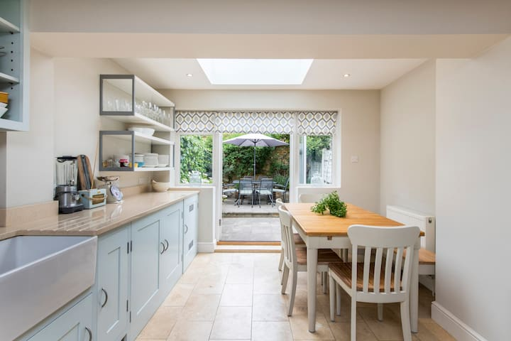 Delightful 2 Bed House in Stylish Fulham