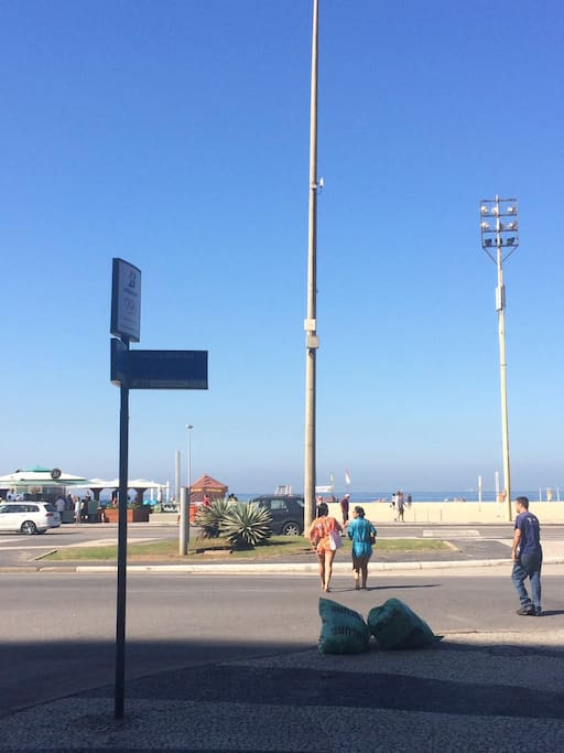 rua esquina com Av Atlantica. a 20 metros da praia