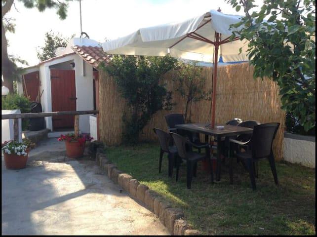 """giardino esclusivo degli ospiti del """" Remo """" con tavolo per mangiare"""