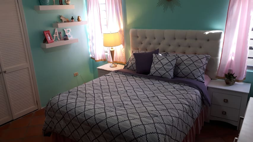 confortable queen bed in second bedroom/comoda cama queen en segunda recamara.