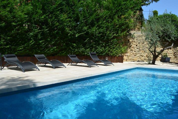 Villa Le Riou, 5/8 avec piscine au pied du Luberon