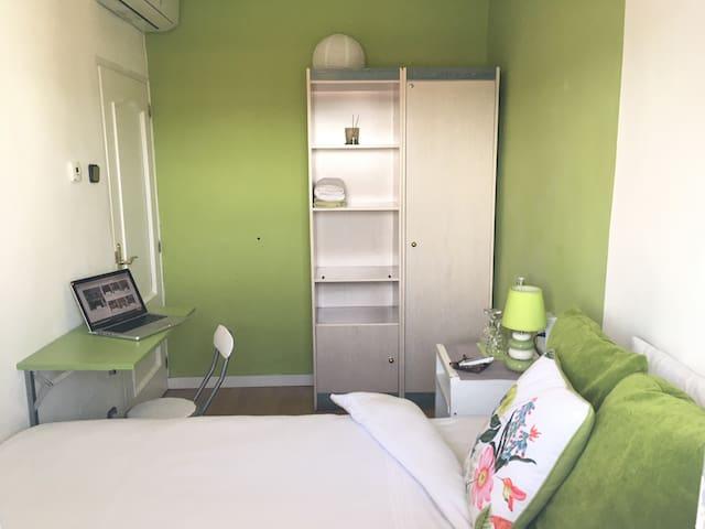 Confortable room with workspace - habitación acogedora con espacio para trabajar