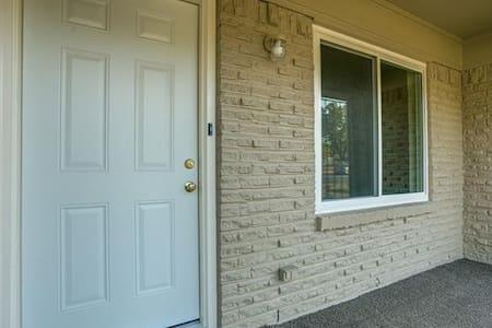 Regal Private Abode w Adjacent Bath - Dallas - Casa