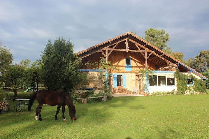 Chambre dans une magnifique ferme landaise rénovée - Cère - Huis