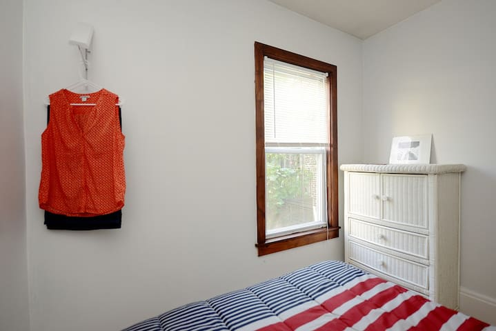 Nice room near Airport and Downtown with Breakfast