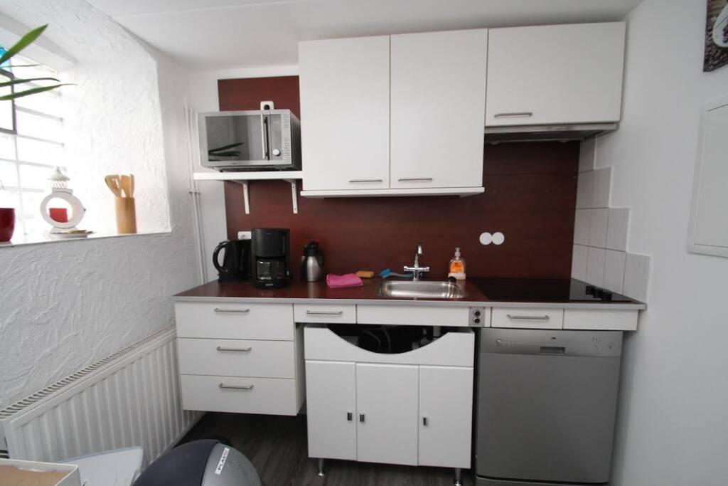 Keuken met vaatwasser, Combimagnetron, wasmachine en droger