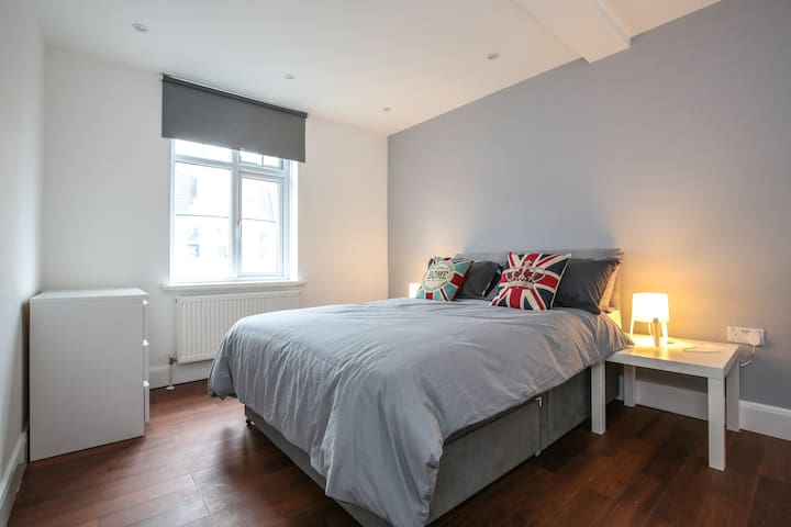 Modern Room  15mins - Piccadilly Circus