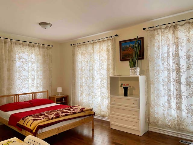 Fully Private, Bright and Cozy Bachelor Suite