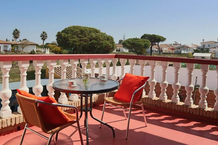 Amplia y luminosa habitación con terraza privada, baño privado con artículos de aseo y 2 camas individuales separadas que si se pueden juntar