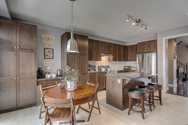 LUXURY NEW HOME IN RICHMOND HILL 5+2BEDS  3.5 BATH