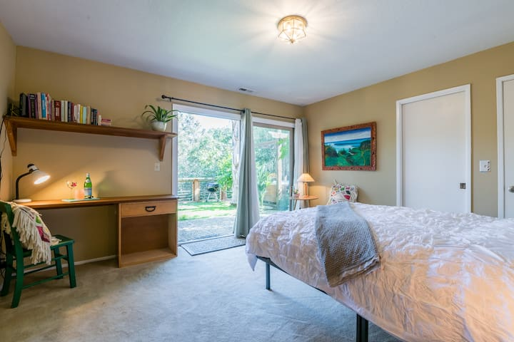 Tropical Garden Suite Close to Beach w/ Hot Tub