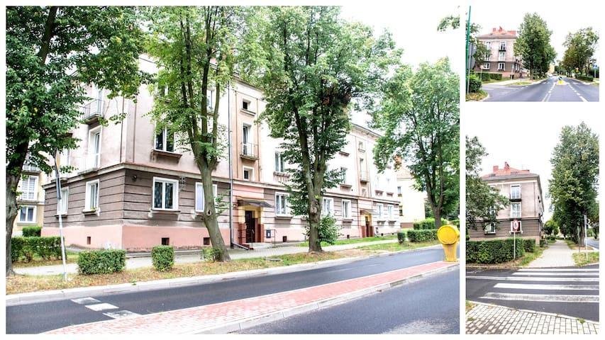 Widok wejścia do apartamentu na pierwszym piętrze od ulicy Wojska Polskiego