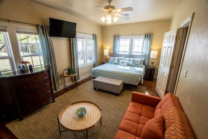 Gorgeous 2-Bed Home in Quiet Neighborhood