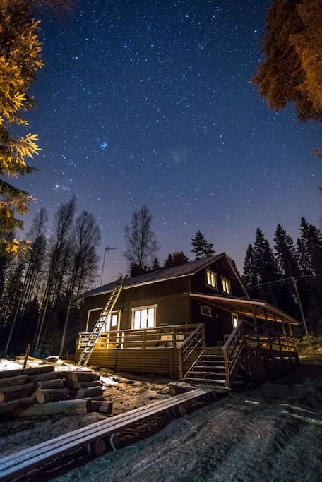 This is how Evo Wilderness Villa looks like under the stars of the Finnish winter night