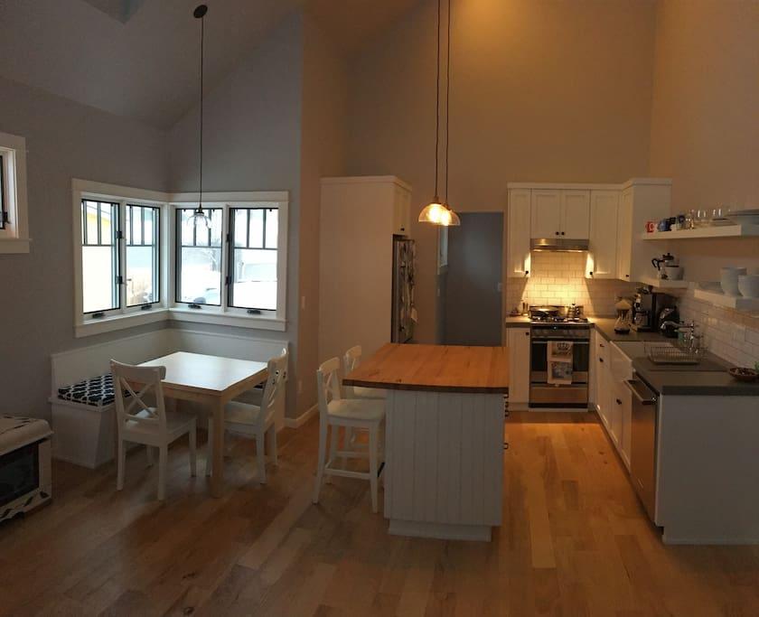 Kitchen/Counter/Dining Nook