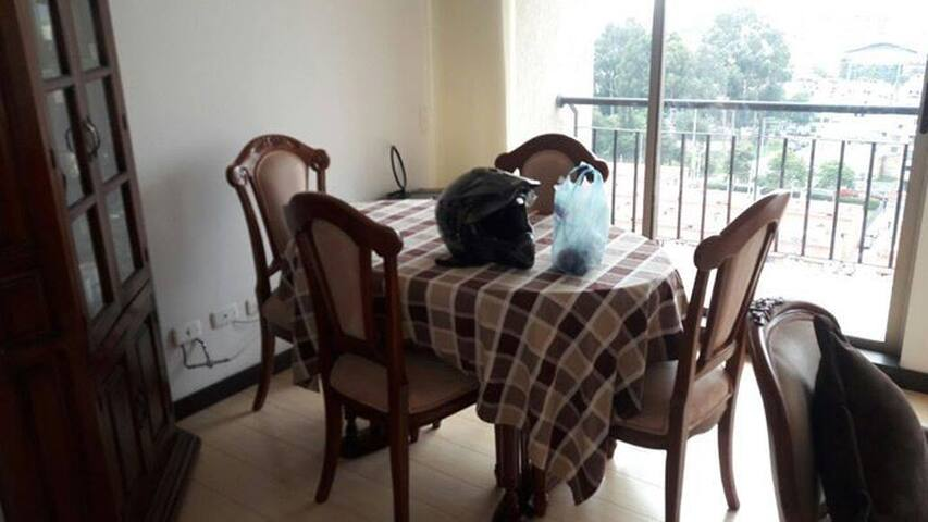 Sala y comedor que podrás utilizar, al igual que un balcón que ofrece una vista hermosa de la ciudad (piso 16)
