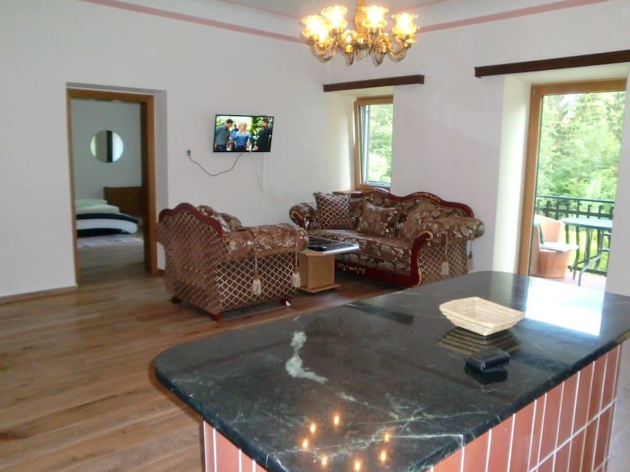 Wohnzimmer mit Stilmöbeln. Living-room with style furniture.
