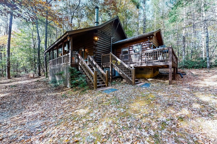 Classic cabin w/ modern touches, wraparound deck, fireplace, & free WiFi!
